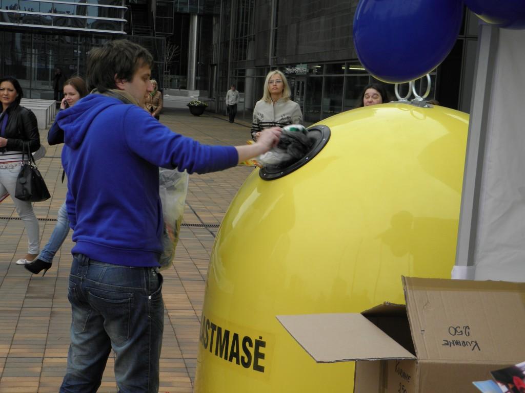 Maišus demonstratyviai kišo į plastmasės konteinerį